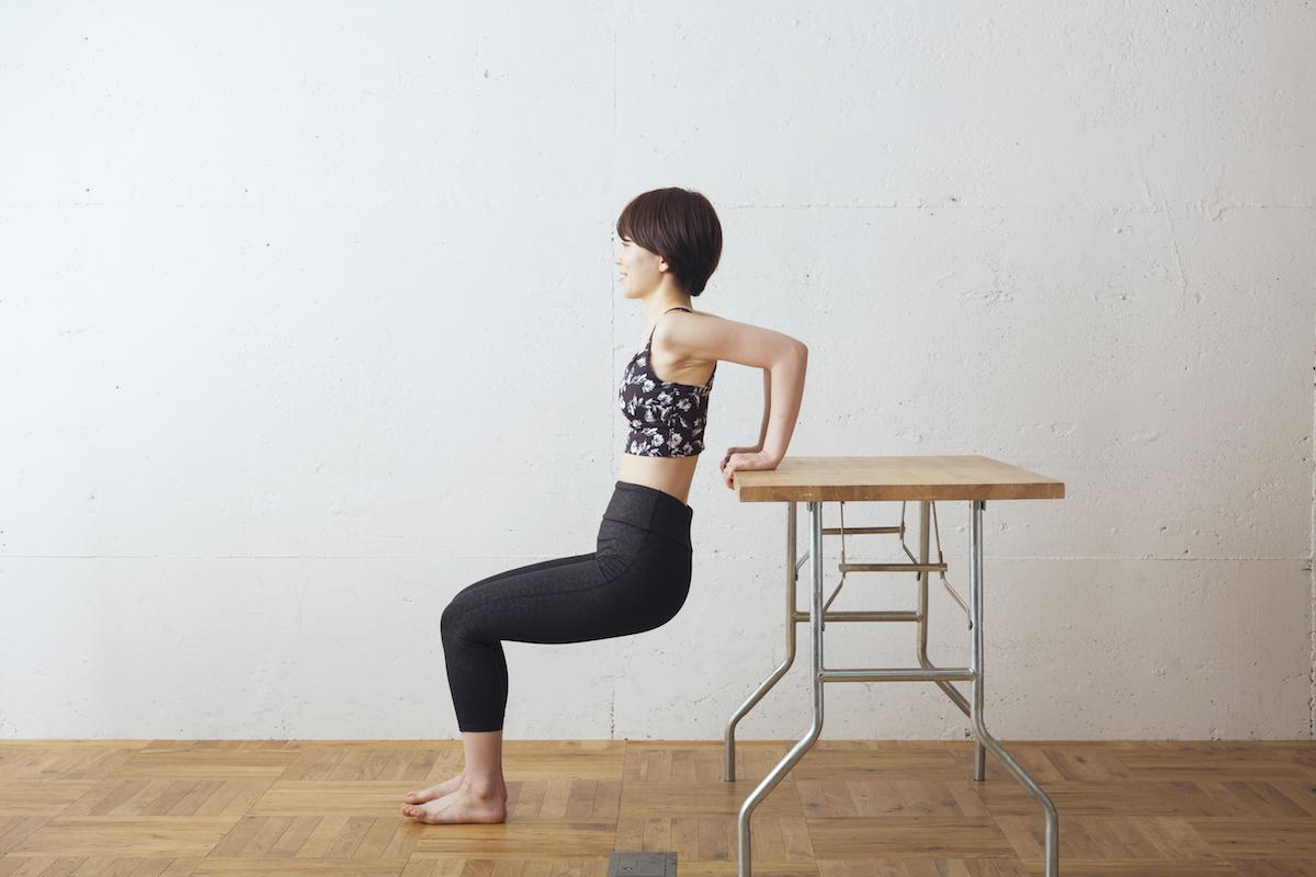 ②体重を手首に預け、そのまま肘を真後ろに曲げていく