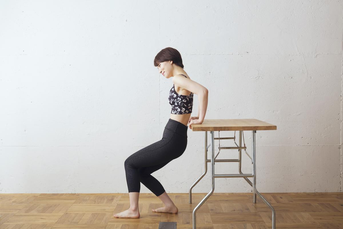 ④NG 肘を曲げたときに二の腕が外側に出てしまうのは、効果が薄れるので注意