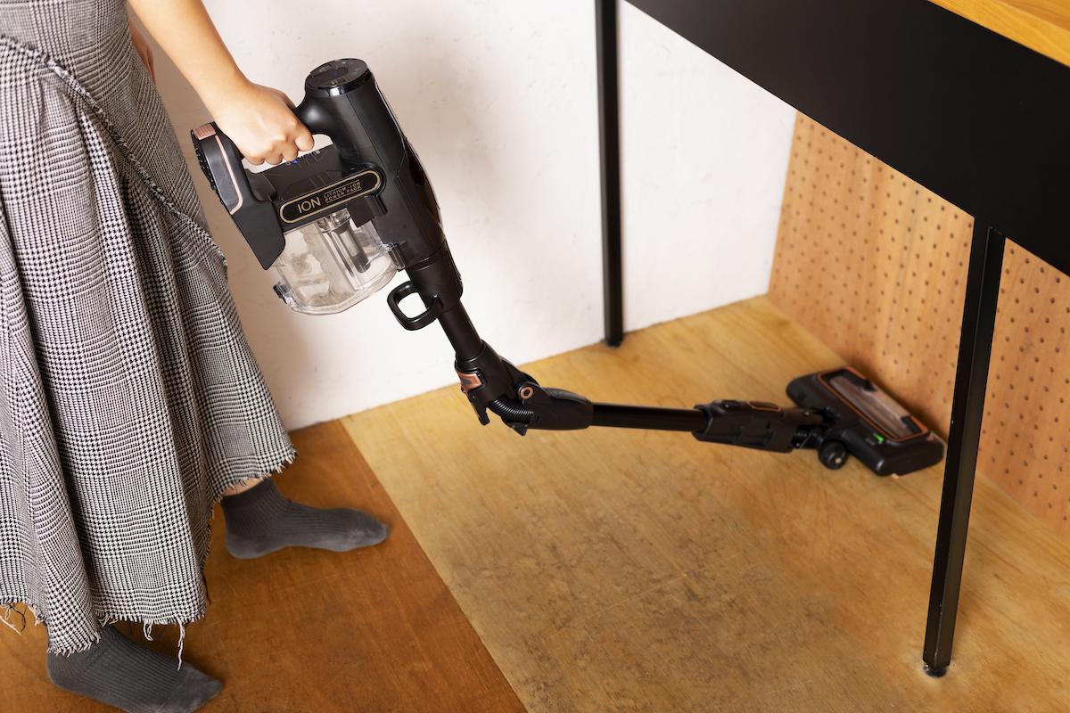 ↑まず、クリーナー本体にバッテリーを取り付けたら、スイッチを押して掃除スタート。パイプの中間部分についているスイッチを押すだけで曲がる設計になっているので、ソファの下なども立ったまま掃除することができます
