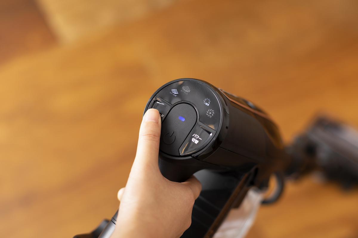 ↑クリーナー本体の持ち手部分で電源のON・OFF、パワー、モードの切替ができます。パワーは「標準」、特に汚れた場所では、「強」を選択可能。モードは「カーペットモード」と「フローリングモード」から選択できます