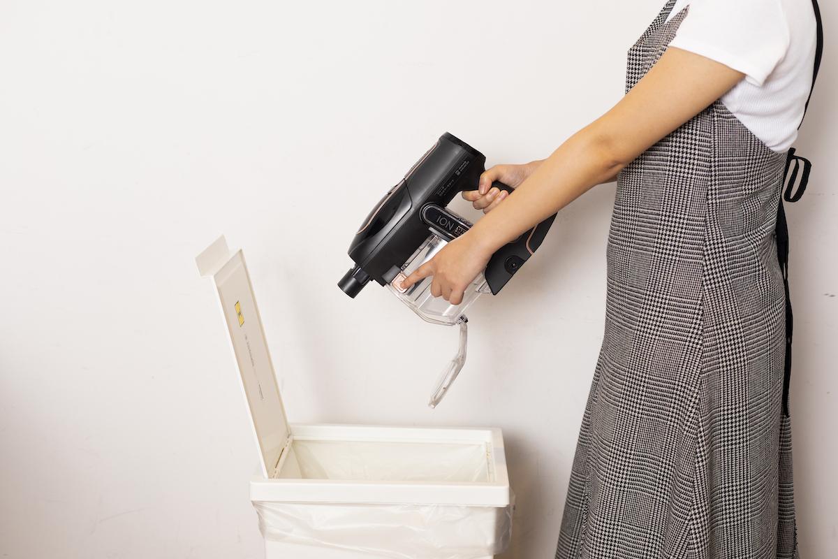 ↑掃除が終わったら、クリーナー本体からパイプ部分を取り外します。ゴミ箱の上でダストカップ側面にある「ごみ捨てボタン」を押し、ダストカップの蓋を開けてゴミを捨てましょう。直接ゴミ箱に捨てられるから、時短にもなります