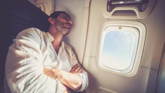 飛行機の旅をより快適に! スヤスヤ寝れるようになる座席設置型「ネックピロー」