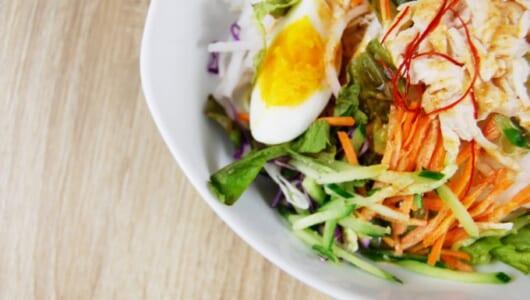 ピリ辛ドレッシングが病みつきになる「野菜たっぷり! ピリ辛ごまだれで食べるパスタサラダ」がファミマに新登場