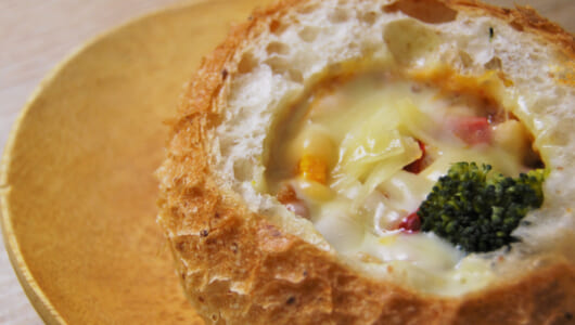 【テイクアウトめし】香ばしい石窯パンが手軽に味わえるスターバックス「ブレッドグラタン チキントマトソイクリーム」