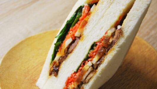 """かくし味は""""からしマヨ""""!? ピリッと辛いオトナの味が楽しめる「ファミマプレミアムサンド 炙り焼豚のサンド」"""