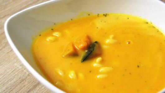 濃厚なかぼちゃスープにショートパスタが入ったファミマの「北海道産かぼちゃのスープ」は、肌寒い朝にピッタリ!
