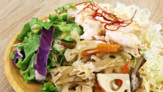 しっとりジューシーな国産鶏むね肉が味わえる!ごまドレ香るファミマの新作「根菜とサラダチキンのサラダ」
