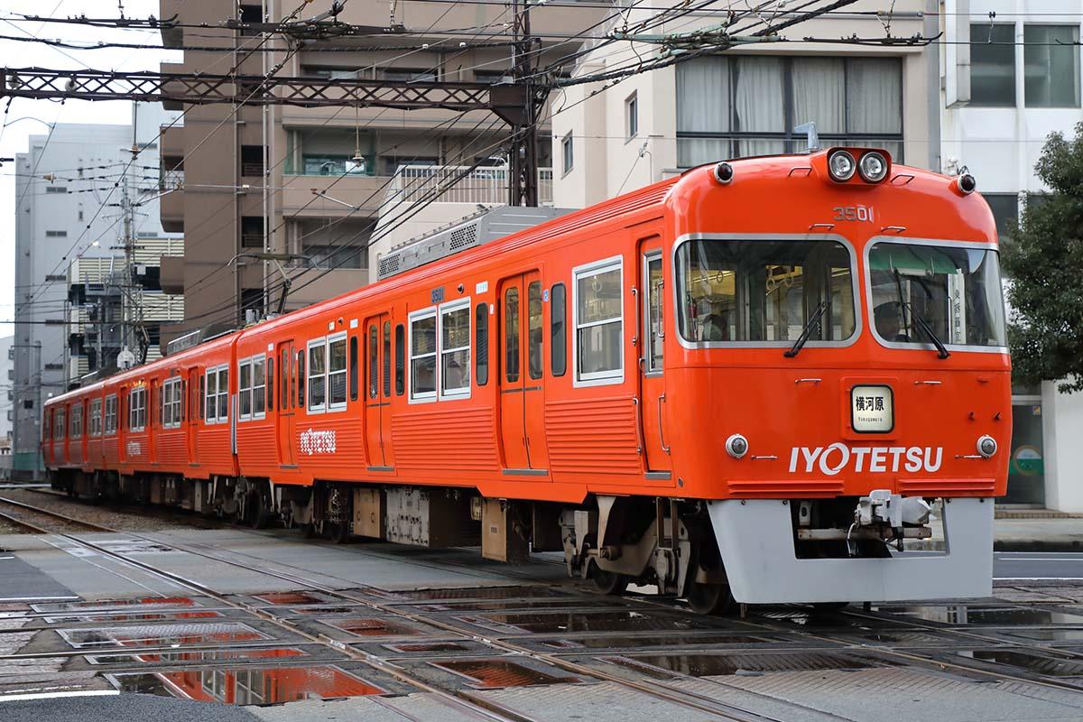 130年の歴史を持つ伊予鉄道 — オレンジ電車に乗って松山郊外のおもしろ ...