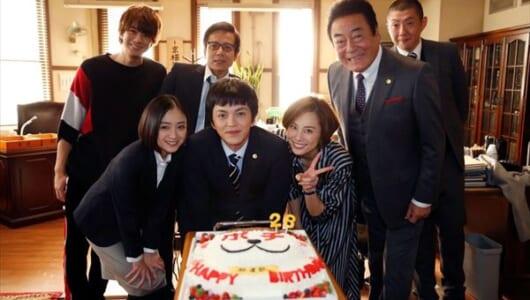 林遣都、感激!28歳の誕生日を米倉涼子ら『リーガルV』メンバーがサプライズ祝福