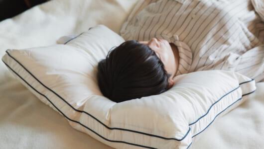 """寝不足を解消!頭・首にぴったりフィット&ふわふわ質感の""""羽毛超え""""の快眠枕"""