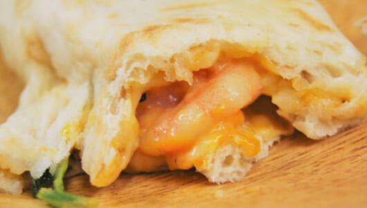 【テイクアウトめし】濃厚ソースと絶品チーズが味の決め手! ドトールの絶品ホットサンド「カルツォーネ ぷりっと海老とムール貝のビスクソース」