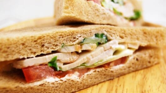 パルメザンチーズがかくし味!ファミマの新商品「全粒粉サンド ローストチキンとトマト」