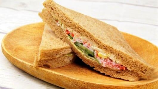 シーフードのうま味たっぷり♡ シャキシャキ食感が楽しめるファミマの「全粒粉サンド シーフードサラダ」