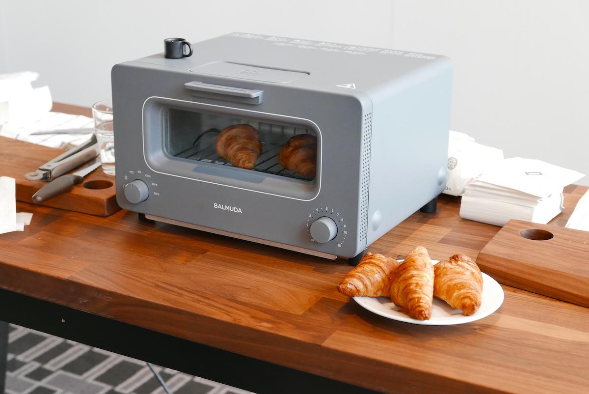↑会場の外では、同社のトースターを使ってリベイクされたクロワッサンとコーヒーが振る舞われた