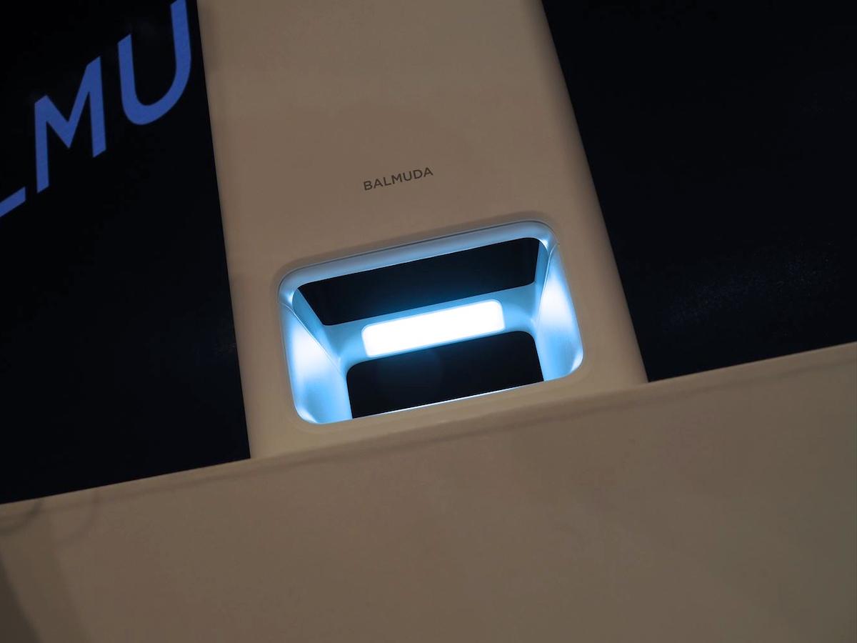↑大きな吸気部に淡いブルーの光を放出する光源を備える