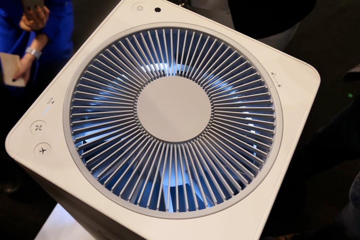 ↑上部からも羽根の合間から淡い光が漏れて幻想的。トップに設けられた操作部は、電源オン/オフ、モードの切り替え、ジェットモードのみ、といたってシンプル