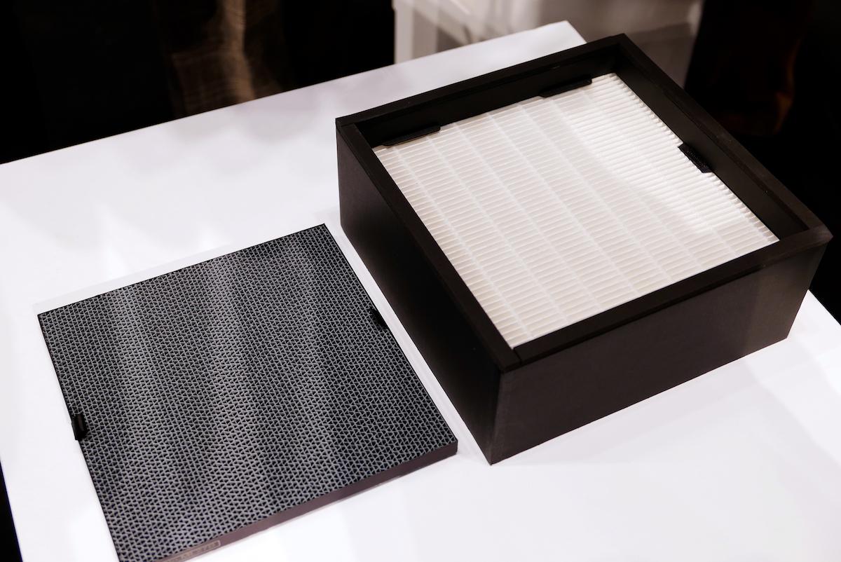 ↑活性炭フィルター(脱臭フィルター、写真上)とTrueHEPAフィルター(集じんフィルター、写真下)は本体裏側にセットで収納