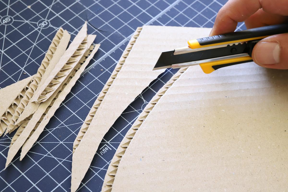 ↑ダンボールを削ぎ切りしても、切り口が潰れない。この切れ味の鋭さは、さすが特専黒刃だ