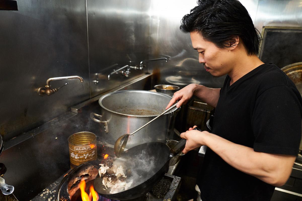 ↑幸田さん。パワフルかつスピーディな動きで鍋をふるう
