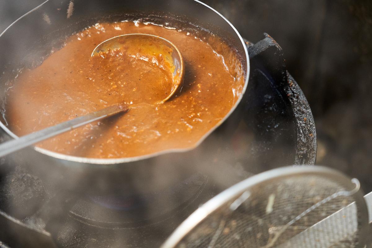 ↑カレーのベースは鶏ガラや豚のゲンコツなどから作る中華スープで、肉はミンチのキーマタイプ。数種のスパイスをブレンドし、隠し味に紅生姜の汁、カルピスの原液、コーヒー、リンゴなどが加わる。フルーティかつ複雑味のあるおいしさだ