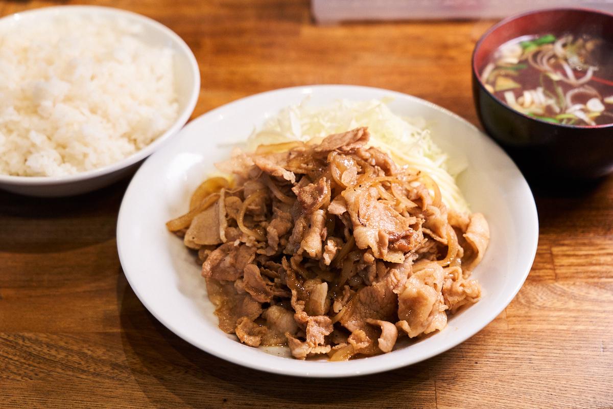 ↑「生姜焼き定食」800円。豚バラ肉が約200gとたっぷりで、千切りキャベツとマヨネーズが好アクセント。単品を650円で頼めば、最高の酒のアテへと早変わり