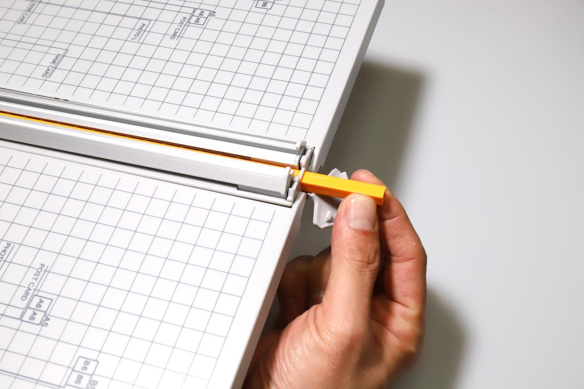 ↑消耗部品は、オレンジ色の棒状カッターマット。回転させて入れ換えることで使用回数が稼げるので、ランニングコストはさほどかからないだろう