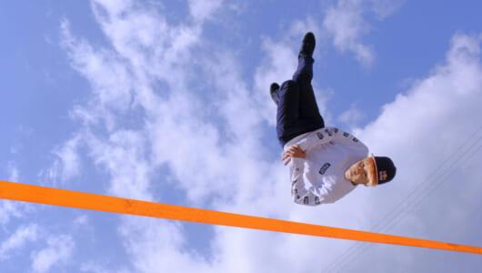 お寺から世界チャンピオン!? 世界に羽ばたく新スポーツ「スラックライン」を快速ミラーレス「FUJIFILM X-T3」が捉えた!