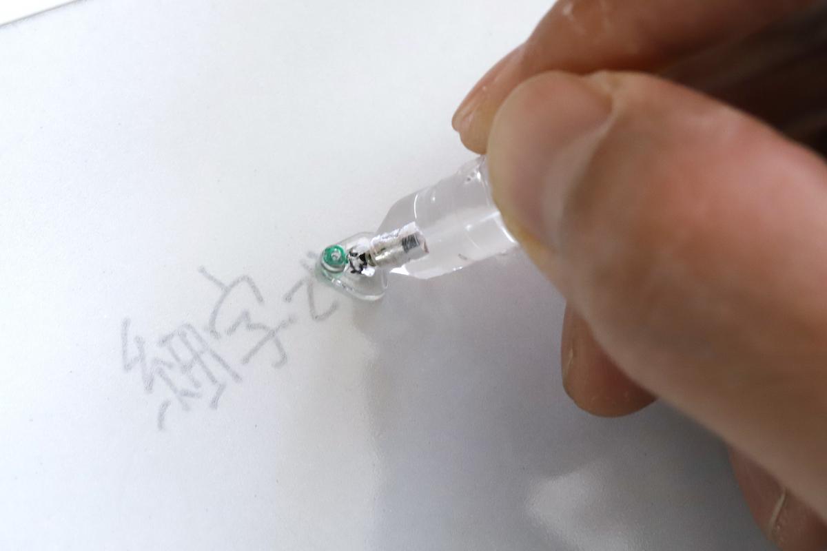 ↑ディスク式の細字ペン先。どんな角度で握っても芯先(緑色の部分)が板面に垂直に当たるので、細くくっきりした線が書ける