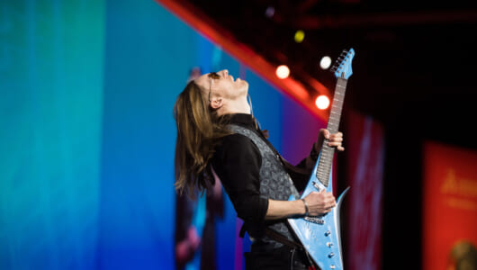 ギタリストのこだわりに応えるために、ギターメーカーが選んだ道具とは?