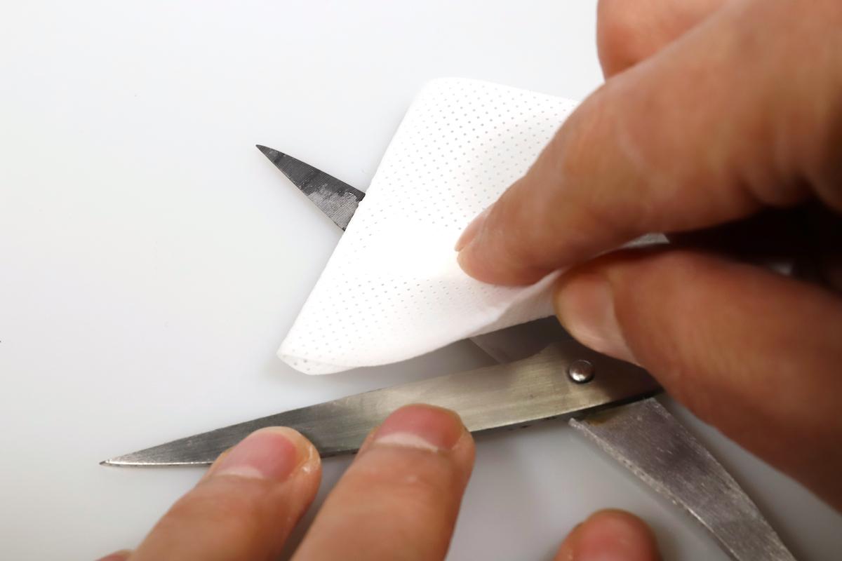 ↑粘着材のついた部分を、こそげるようにシュッシュッと拭く