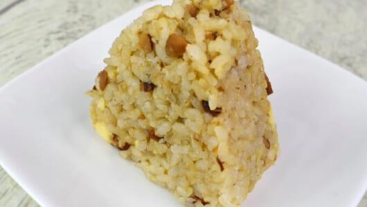"""刻みアーモンドがポイント!""""金芽ロウカット玄米""""で味わうローソンの「おいしい玄米にぎり アーモンドチーズおかか」"""