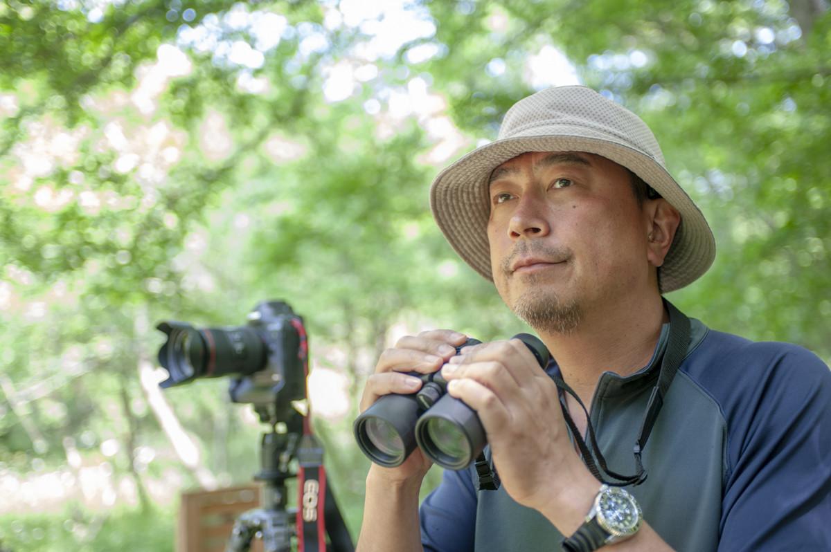 ↑動物写真家の前川貴行さん。野生動物写真家の第一人者だ