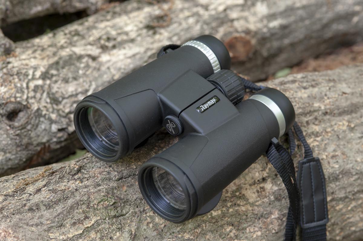"""↑「防水スタンダード双眼鏡」は、接眼レンズから対物レンズまでの光軸が一直線になった""""ダハプリズムタイプ""""。その特徴をいかしスリムなボディを実現する"""