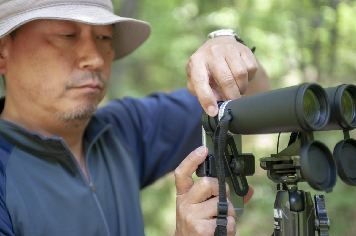 ↑「スマホアダプター」は幅約60~90mmのスマホに対応。セットして、カメラアプリで焦点を調整すればすぐに使える