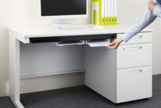 ↑座ったときに膝に当たりにくい薄さだが、コピー用紙は約200枚も入る。未整理書類の一時保管スペースなどにしても便利だ