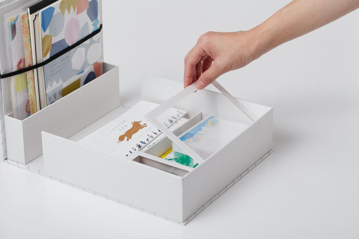"""↑小物収納は、中身が見える透明フタ付き。お気に入りのポストカードやかわいい記念切手を""""見せる収納""""できてテンションアップ"""