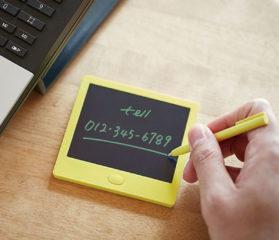 ↑電源のオンオフ機能はなく、いきなり書き始められるため、とっさのメモ書きもスムーズ。画面表示中には電池を消耗しないから、長寿命だ