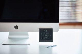 ↑背面には磁石を装備し、スチール面にピタッと貼り付く。伝言やスケジュールを目立つよう貼って掲示しておくなど、まさに付箋感覚で使える
