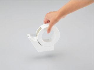 ↑底部の吸盤で机に固定できるテープカッター。片手でも安定してテープを切れ、持ち運ぶときは本体を垂直に持ち上げるだけで簡単にはずせる