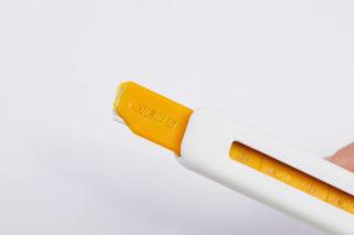 ↑キッター専用刃は、樹脂のホルダーから金属刃が少しだけ露出した特殊なもの。深くは刺さりにくいため、大ケガをするリスクを抑えられる