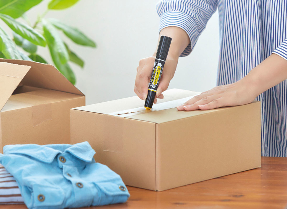 ↑オープナーは、キャップ先端の黄色いカギ状パーツを梱包テープの境目に突き刺して引くだけ。刃物ではないため、中身を傷つける心配なく開梱できる