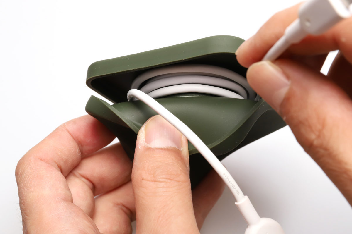 ↑シリコンのケースをめくってケーブルを巻き取る。一般的なUSBケーブル(太さ2.8mmまで)なら1m分が収納可能