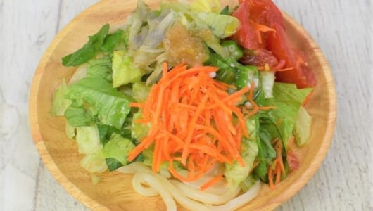 7種類の野菜で食べごたえも大満足! りんご酢の酸味を効かせたセブンの「オリーブオイル香る! 7種野菜のサラダうどん」