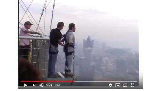 【必見オモシロ動画】その高さ233m! 命知らずな男性がマカオタワーから飛び降りる