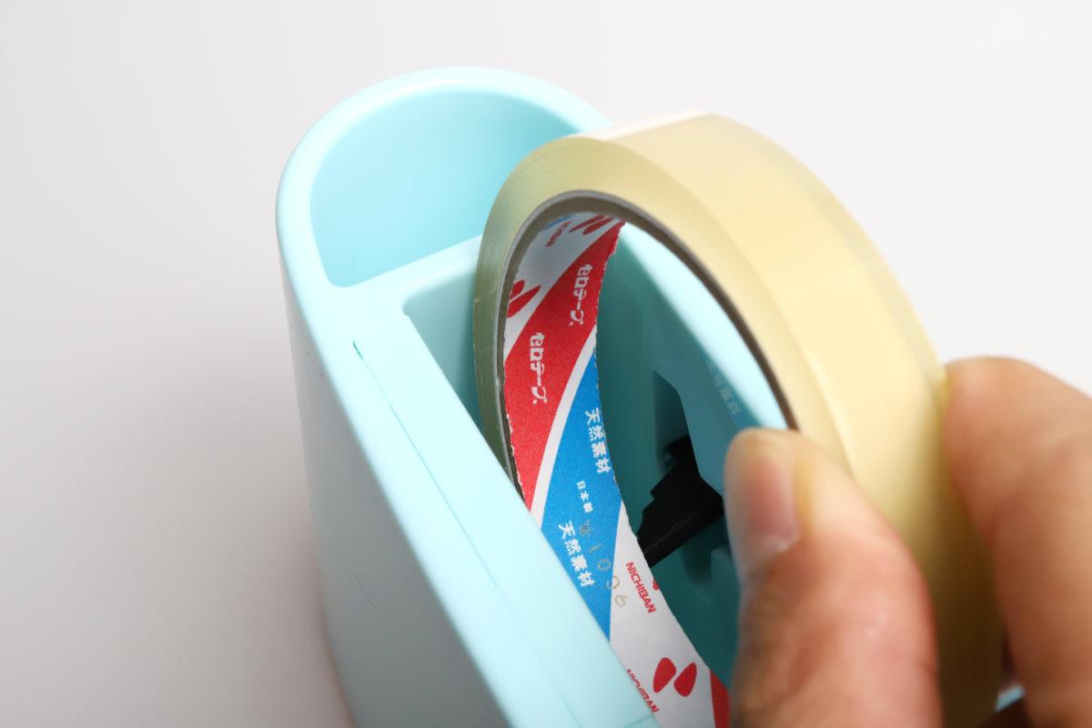 ↑本体内側のバネ式フック(黒いパーツ)にテープを当てて押し込むようにセット