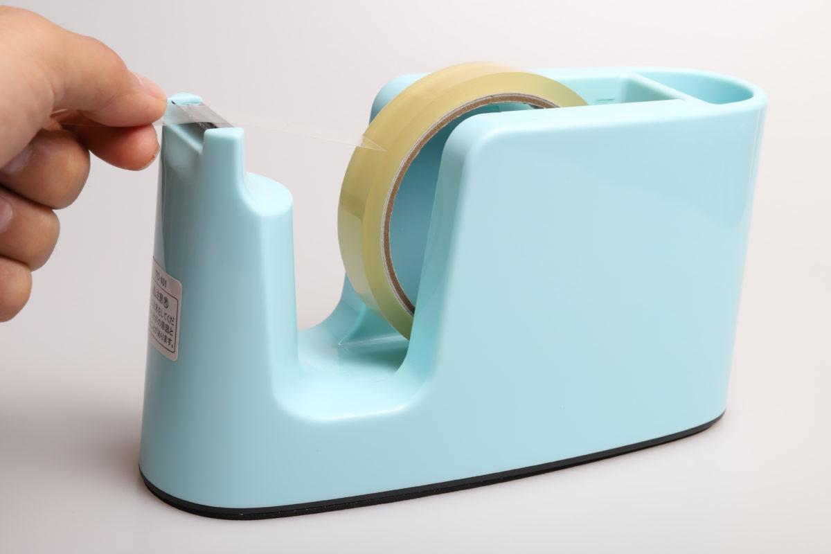 ↑本体は自重でどっしりと安定。カッター刃はごく一般的なギザ刃タイプだ