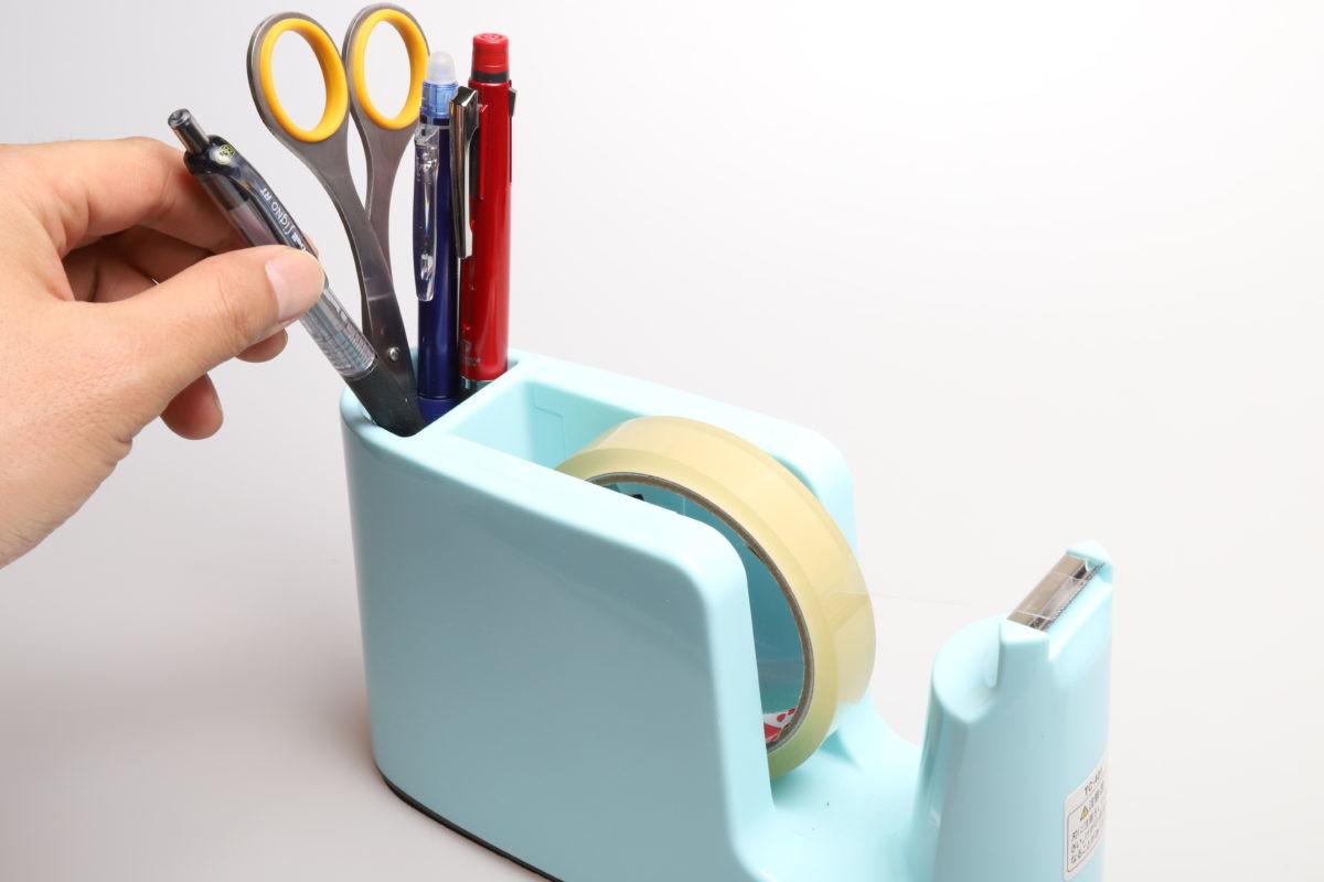 ↑本体後部のペン立てスペースは、ボールペン4〜5本ほどの容量がある