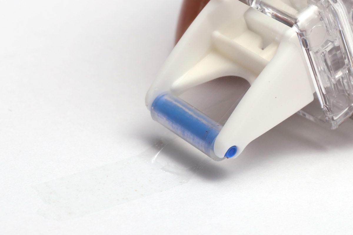 ↑帯状のりの糸引き状態。強粘着テープのりで特に発生しやすい