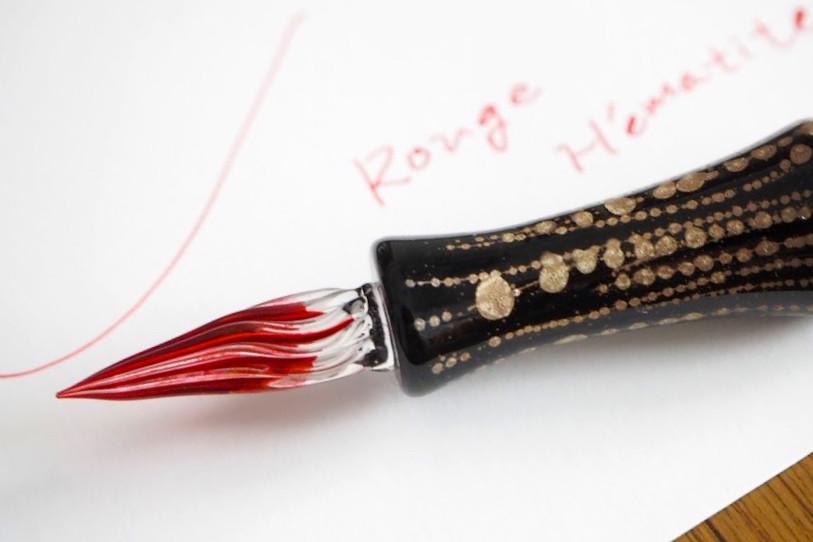 ↑ガラスペンはペン先の溝をインクが徐々に伝い落ちることでインクが供給されるもの。ペン内部にインクを充填することがないため、ラメが機構のなかで詰まってしまう心配がない