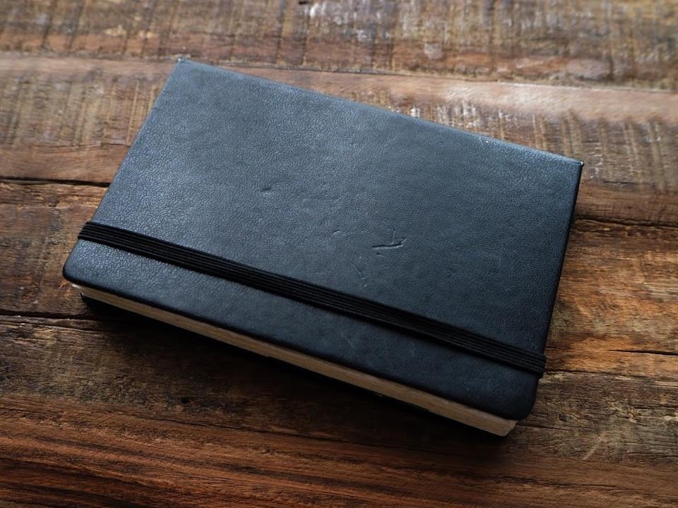 ↑黒いハードカバーに黒いゴム。どこから見ても、モレスキンのアイコンであるノートそのものだ